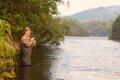 Рыболов на задвижках реки горы розовых семг Стоковые Фото