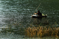 Рыболов на маленькой лодке Стоковая Фотография