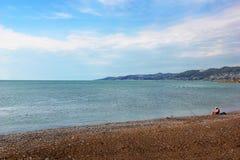 Рыболов на пляже с штангами Стоковые Фото