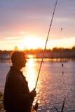 Рыболов на речном береге стоковые изображения