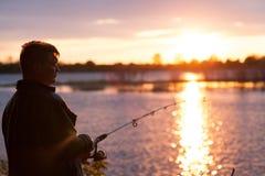 Рыболов на речном береге стоковое изображение rf