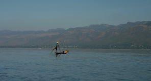 Рыболов на шлюпке, озеро Inle стоковое фото rf
