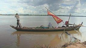 Рыболов на шлюпке, рыбацкой лодке, идет удить акции видеоматериалы