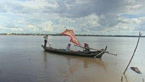 Рыболов на шлюпке, рыбацкой лодке, идет удить видеоматериал