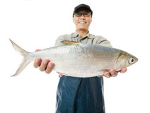 рыболов показывая больших рыб milkfish изолированных на белизне Стоковые Фото