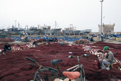 Рыболов подготавливает его рыболовные сети Essaouira Марокко Стоковые Фото
