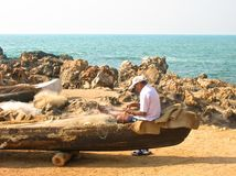 Рыболов ремонтирует его рыболовную сеть Стоковые Изображения