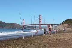 Рыболов рядом с мостом золотого строба в Сан-Франциско стоковое фото