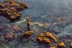 Рыболов с nat заразительными рыбами в океане Стоковые Фотографии RF