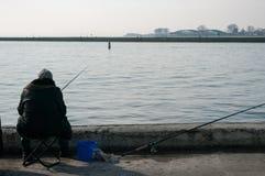 Рыболов удит на канале Стоковые Фото