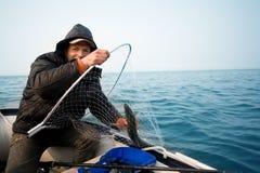 Рыболов уловил семгу trolling в раннем утре стоковое изображение rf