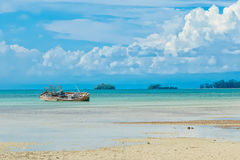 рыболов шлюпки пляжа анкера старый Стоковое Изображение RF