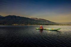 Рыболов Rawapening с каяком Стоковое Фото