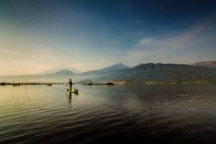 Рыболов Rawapening с каяком стоковые фото