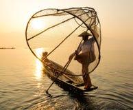 Рыбы бирманских людей заразительные сетью на озере в Шани, Мьянме Стоковое Фото