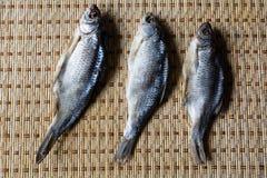 Рыбы высушенные на циновке Стоковое Изображение