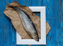 Рыбы в рамке на голубом деревянном столе Взгляд сверху Стоковое фото RF