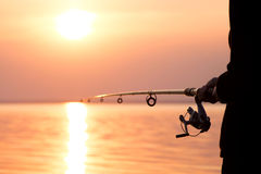 Рыбы девушки на речном береге Стоковая Фотография