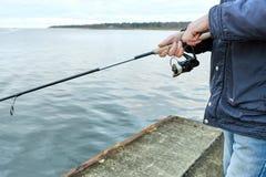 Рыбы задвижки рыболовов на пристани Стоковое Фото