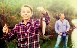 Рыбы задвижки показа мальчика Fisher Стоковые Изображения RF