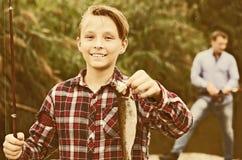 Рыбы задвижки показа мальчика Fisher Стоковое фото RF