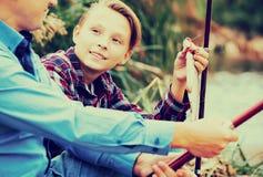 Рыбы задвижки показа мальчика Fisher Стоковое Фото