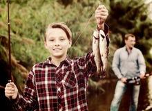 Рыбы задвижки показа мальчика Fisher Стоковое Изображение RF