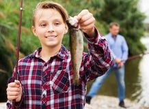 Рыбы задвижки показа мальчика Fisher Стоковое Изображение