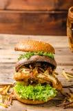 Рыбы и бургер обломоков с зажаренным portobello Стоковые Фотографии RF