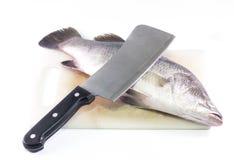 Рыбы и нож на разделочной доске. Стоковое фото RF