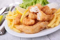 Рыбы и обломоки с салатом стоковое изображение rf