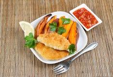 Рыбы и обломоки с соусом сальсы на стороне Стоковые Фотографии RF