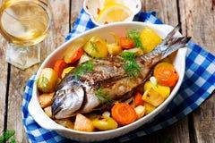 Рыбы и овощи испеченные печью стоковое фото rf