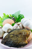 Рыбы и яичка с овощами на шаре  Стоковое Изображение RF