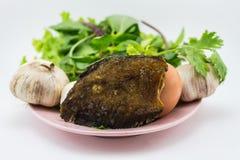 Рыбы и яичка с овощами на шаре  Стоковые Фотографии RF
