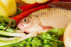 Рыбы карпа с зелеными овощами, травами, красным chili Стоковое Изображение RF