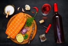 Рыбы копченых семг с вином стекла и бутылки Стоковое Изображение