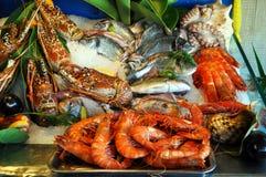 Рыбы, креветка, крабы на льде стоковое фото rf
