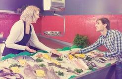 Рыбы клиента покупая в магазине Стоковая Фотография RF