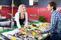Рыбы клиента покупая в магазине Стоковая Фотография