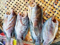 Рыбы манго на молотя корзине Стоковые Фотографии RF
