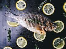 Рыбы на таблице Стоковые Изображения
