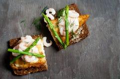 Рыбы на хлебе рож Стоковая Фотография