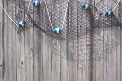 Рыбы ловят сетью с поплавками на деревянной загородке Стоковое Изображение RF