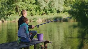Рыбы отца и сына на озере видеоматериал
