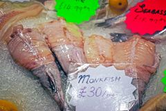 Рыбы показали на стойле рыб и продовольственного рынка стоковое фото rf