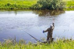 Рыбы прикормом рыболова в реке для удить с штангой поплавка Стоковое Изображение