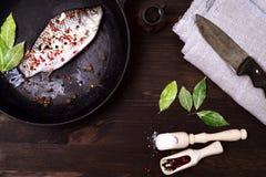 Рыбы реки crucian в сковороде чугуна с специями Стоковая Фотография RF