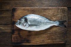 Рыбы свежей задвижки все на деревянной доске Стоковые Изображения RF