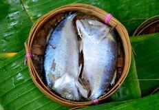 Рыбы скумбрии в корзине на предпосылке лист банана стоковые фотографии rf